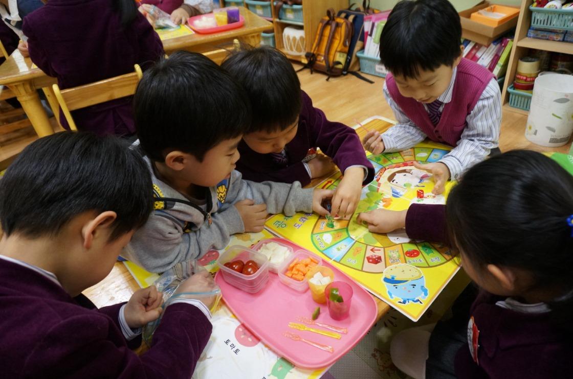 [사진3] 풀무원 바른먹거리교 교육_ 유치부 영양균형 게임.jpg